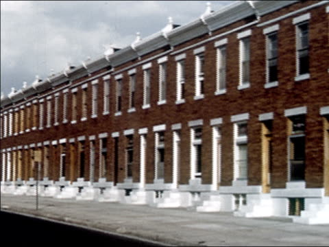 vidéos et rushes de 1956 long shot pan row of plain front red brick townhouses / audio - 1956