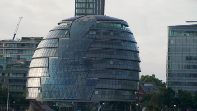 stockvideo's en b-roll-footage met long shot panning across the exterior of london's city hall. - town hall