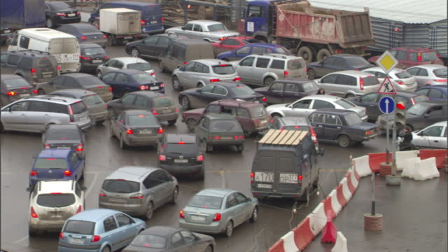 long shot pan-right - heavy traffic jams near road construction in moscow. / moscow, russian federation - モスクワ市点の映像素材/bロール