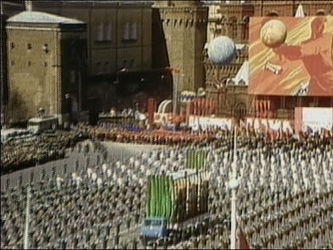 long shot parade through red square / moscow, ussr - moskau stock-videos und b-roll-filmmaterial
