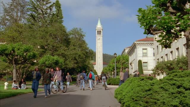 long shot people on uc berkeley campus / view of the campanile / students running to class / california - university of california bildbanksvideor och videomaterial från bakom kulisserna