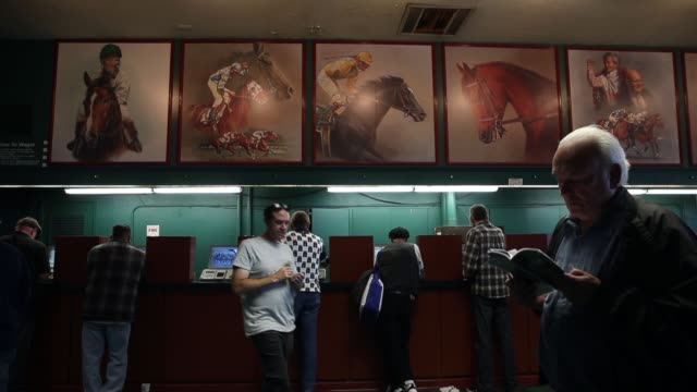 vídeos y material grabado en eventos de stock de long shot people placing bets at the final racing day at betfair hollywood park the historic betfair hollywood park racetrack is shutting its doors... - apuestas deportivas
