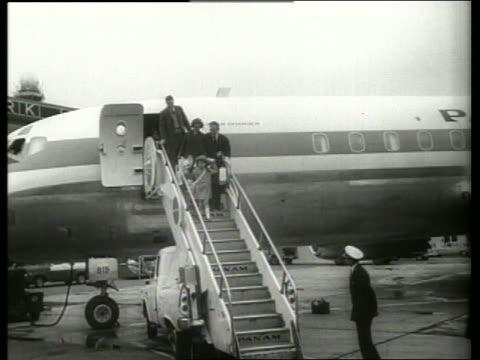 b/w long shot prince rainier and princess caroline arrive ny / 1960s / sound - fürst rainier iii. von monaco stock-videos und b-roll-filmmaterial