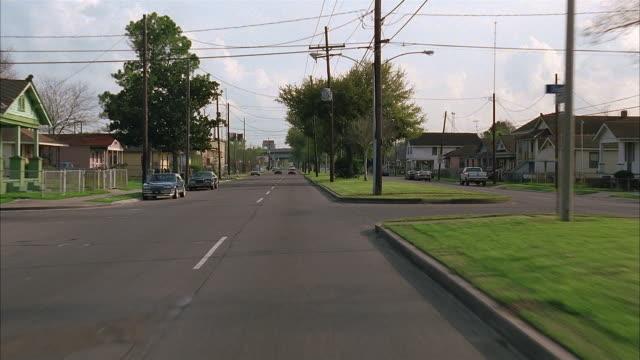 long shot rear car point of view traveling along suburban street / louisiana - 乗物後部から見た視点点の映像素材/bロール