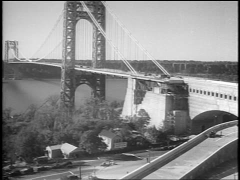 vidéos et rushes de b/w 1931 long shot recentlyconstructed george washington bridge / nyc - 1931