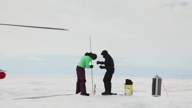 vidéos et rushes de long shot sarah das from the woods hole oceanographic institution and scientist ian joughin of the university of washington and their team work on... - université de washington