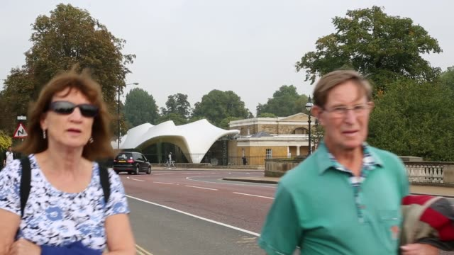 vídeos y material grabado en eventos de stock de long shot, serpentine sackler gallery interior. members of the public admire the redeveloped serpentine sackler gallery in hyde park on september 25,... - jeremy paxman