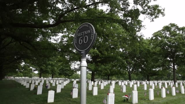 vídeos de stock e filmes b-roll de long shot sign of section 60 of arlington national cemetery memorial day commemorated at arlington national cemetery on may 27 2013 in arlington... - cemitério nacional de arlington