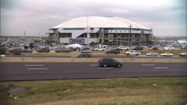 long shot static - east airport freeway traffic passes texas stadium in dallas, texas. / dallas, texas, usa - traffic点の映像素材/bロール