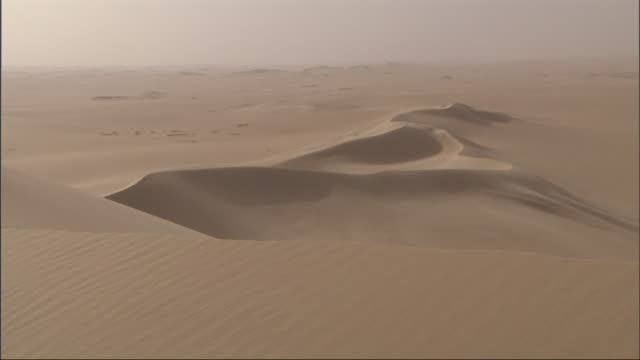 vídeos de stock e filmes b-roll de long shot, static - sand dunes spread across the sahara desert in egypt - duna