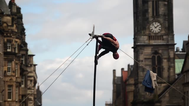 long shot, street acrobat performing. street entertainers perform on edinburgh's royal mile during the city's festival fringe on august 21, 2013 in... - performer stock videos & royalty-free footage