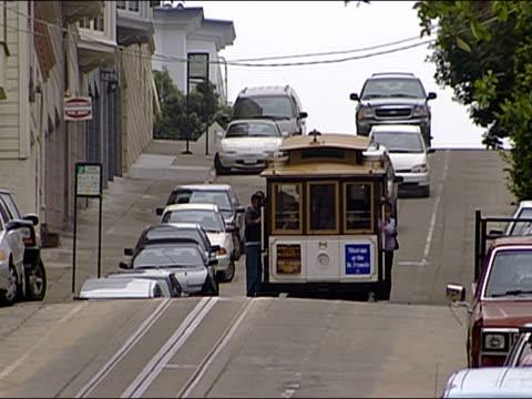 vídeos y material grabado en eventos de stock de long shot street car traveling on hilly street / san francisco, california - estribo de coche