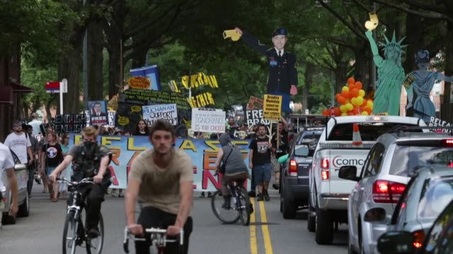 vídeos y material grabado en eventos de stock de long shot supporters of us army private first class bradley manning protest his detention by marching around the perimeter and blocking the gates of... - petición
