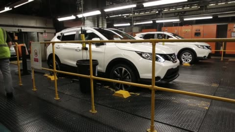 long shot, the new nissan qashqai is produced on the assembly line at the nissan sunderland plant on january 22, 2014 in sunderland, england. the... - sports utility vehicle stock-videos und b-roll-filmmaterial