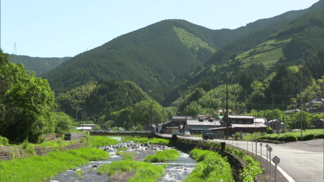 long shot: the upper reaches of the okitsu river and a mountain hamlet in the ryogo-uchi area, shizuoka, japan - 農村の風景点の映像素材/bロール