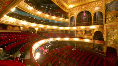 tl long shot theater filling up for performance / london - theatre building stock videos & royalty-free footage