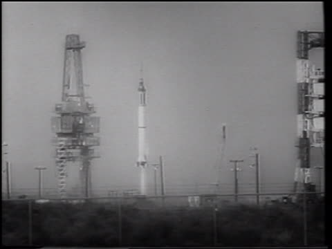 stockvideo's en b-roll-footage met b/w 1961 long shot tilt up mercury 4 rocket blasting off from launch pad / gus grissom - ruimtemissie