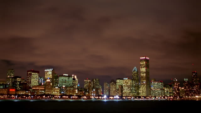 long shot time lapse clouds moving over chicago skyline seen from lake michigan - 離れた点の映像素材/bロール