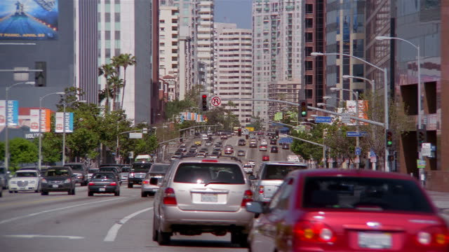 vidéos et rushes de long shot traffic on wilshire boulevard / westwood / los angeles - westwood