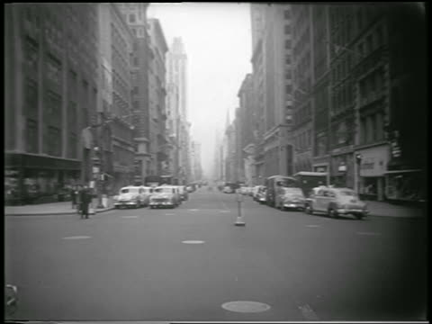 vídeos de stock, filmes e b-roll de long shot traffic stopped on nyc street during civil defense drill / newsreel - 1951