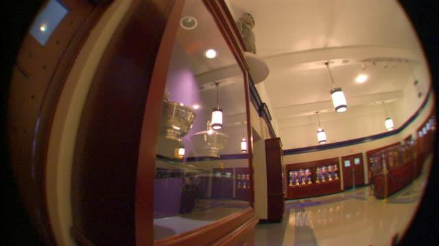 long shot - skåp med glasdörrar bildbanksvideor och videomaterial från bakom kulisserna