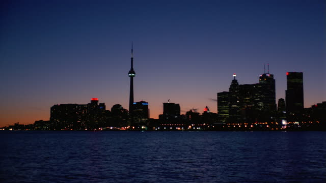 vídeos y material grabado en eventos de stock de long shot view across harbor of toronto skyline at dusk - kelly mason videos