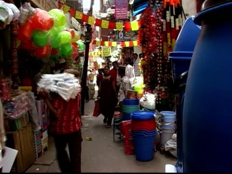 vídeos de stock, filmes e b-roll de long shot woman walking through market - só uma mulher de idade mediana