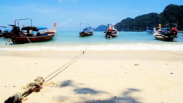 vídeos de stock e filmes b-roll de barco de cauda comprida - mar de andamão