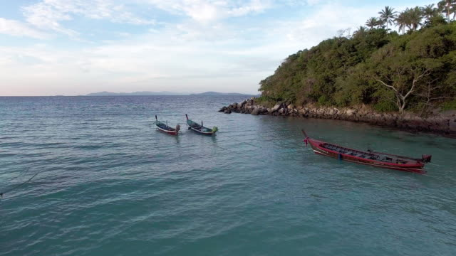 vídeos de stock, filmes e b-roll de long tail boats on the deserted shore in thailand - david ewing