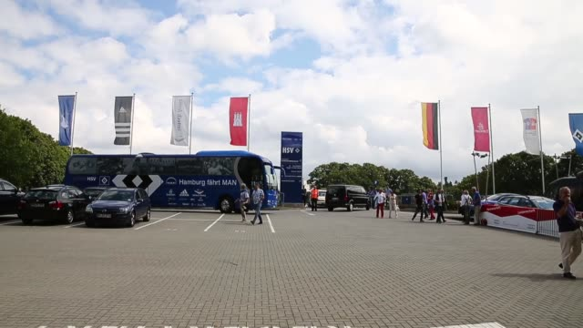 long tracking shot, hamburg team bus arriving at the imtech arena. . - 1899 stock videos & royalty-free footage