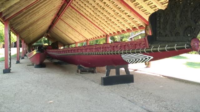 ms long traditional boat under roof, waitangi, new zealand - ニュージーランド べイ・オブ・アイランズ点の映像素材/bロール