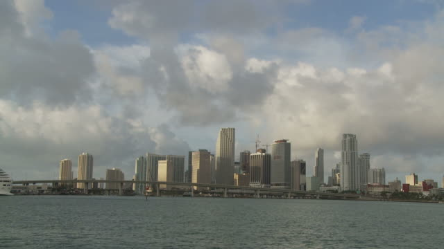 stockvideo's en b-roll-footage met long view of miami bridge usa - macarthur causeway bridge