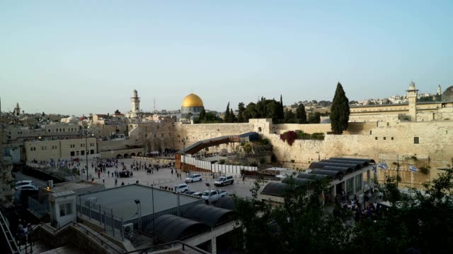 long view of the wailing wall and temple mount with the dome of the rock in the background - architectural dome stock videos & royalty-free footage