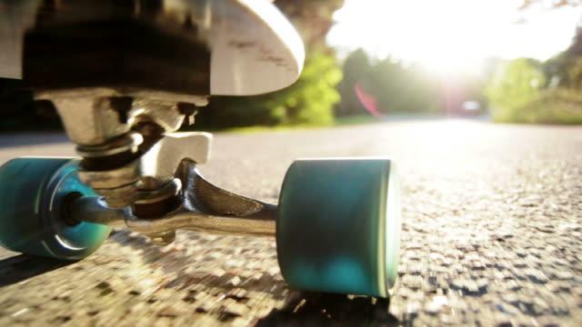 longboard downhill sommer-skateboardfahren - skateboard stock-videos und b-roll-filmmaterial