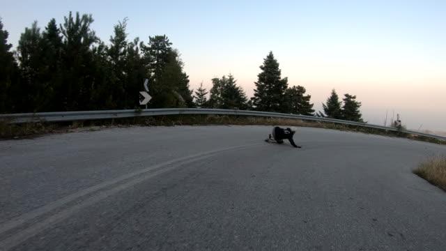 vídeos y material grabado en eventos de stock de patinaje de longboard - patinaje en tabla larga
