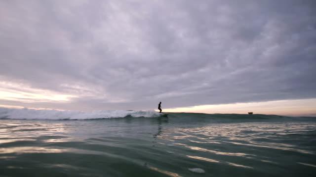 vídeos y material grabado en eventos de stock de longboard wave ride - surf en longobard