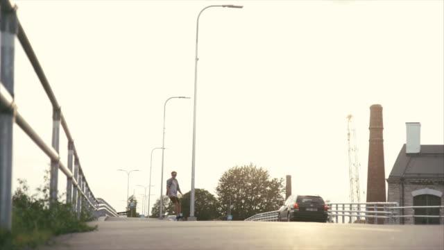 vídeos y material grabado en eventos de stock de longboard en entorno urbano - patinaje en tabla larga