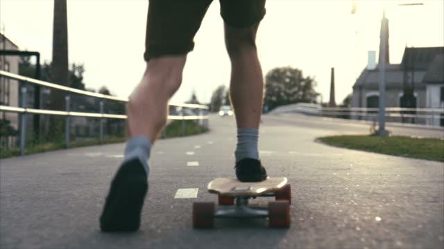vídeos y material grabado en eventos de stock de longboard en entorno urbano - surf en longobard