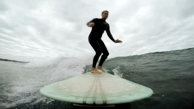 vídeos de stock, filmes e b-roll de longboarding - diving suit