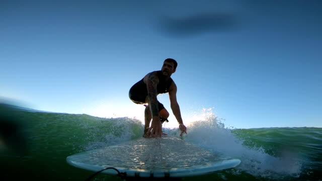 vídeos de stock e filmes b-roll de longboarding - prancha de surf