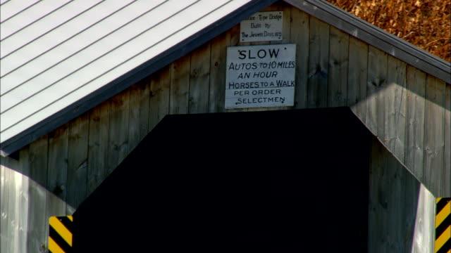 longley überdachte brücke - luftbild - vermont, franklin county, vereinigte staaten - überdachte brücke brücke stock-videos und b-roll-filmmaterial