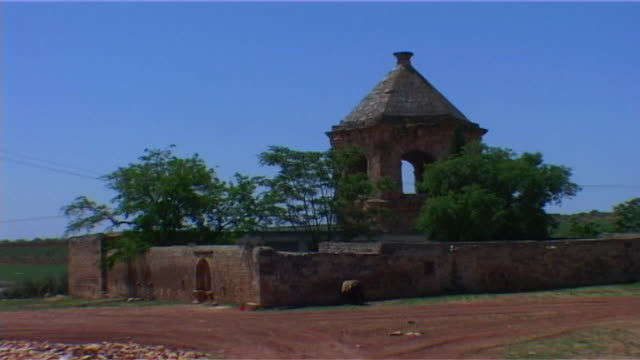 long-shot of a walled garden surrounding a shrine on the outskirts of the archaeological site of cyrrhus. - surrounding wall stock-videos und b-roll-filmmaterial