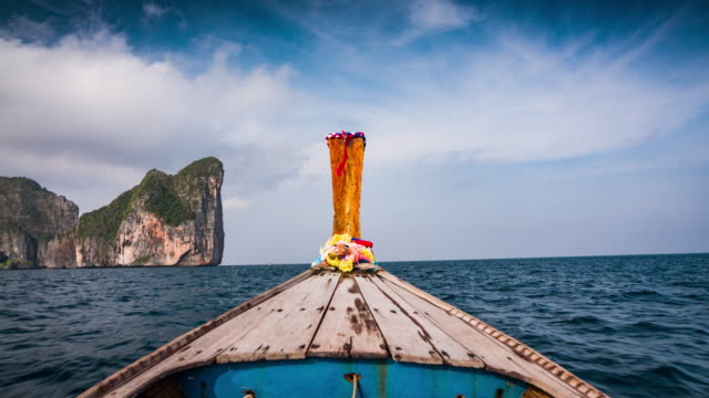 vídeos de stock e filmes b-roll de pov: longtail boat at phi phi islands in thailand - ilhas phi phi