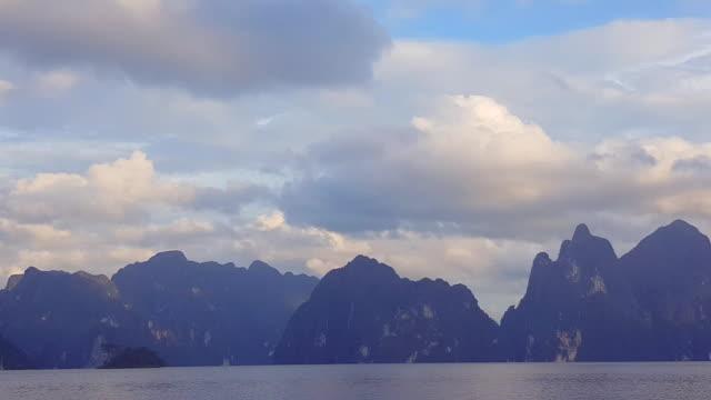 山と海の水の驚くべき景観に浮かぶロングテール ボート - クラビ県点の映像素材/bロール