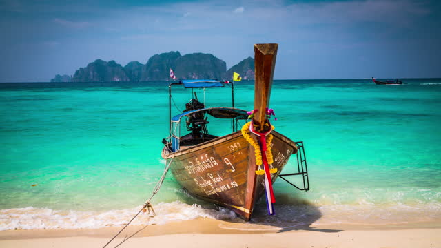 vídeos de stock e filmes b-roll de longtail boat on phi phi islands in thailand - ilhas phi phi