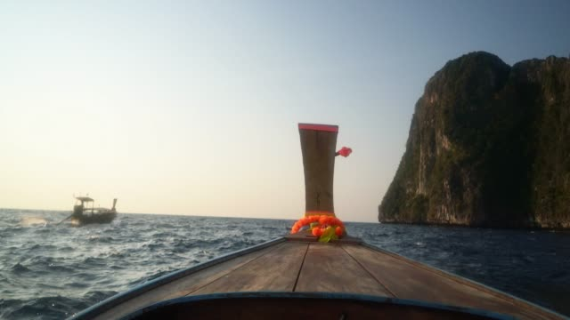 longtail boot auf see in der nähe von koh phi phi island - insel phi phi le stock-videos und b-roll-filmmaterial