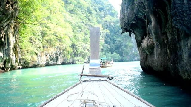 vídeos de stock e filmes b-roll de longtail barco tradicional viagens ilha de krabi, tailândia - mar de andamão