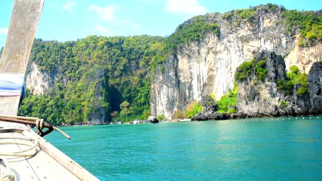 longtail båt traditionella resor krabi ön i thailand - provinsen krabi bildbanksvideor och videomaterial från bakom kulisserna