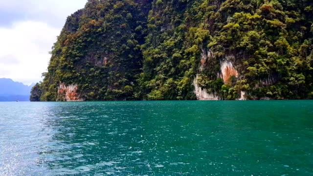 vídeos de stock e filmes b-roll de krabi thailand longtail boats and speed boats in the sea near hong island in krabi province thailand. phi phi is part of mu ko phi phi national park. - mar de andamão
