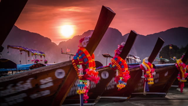 vídeos de stock e filmes b-roll de longtail boats at sunset - thailand - ilhas phi phi